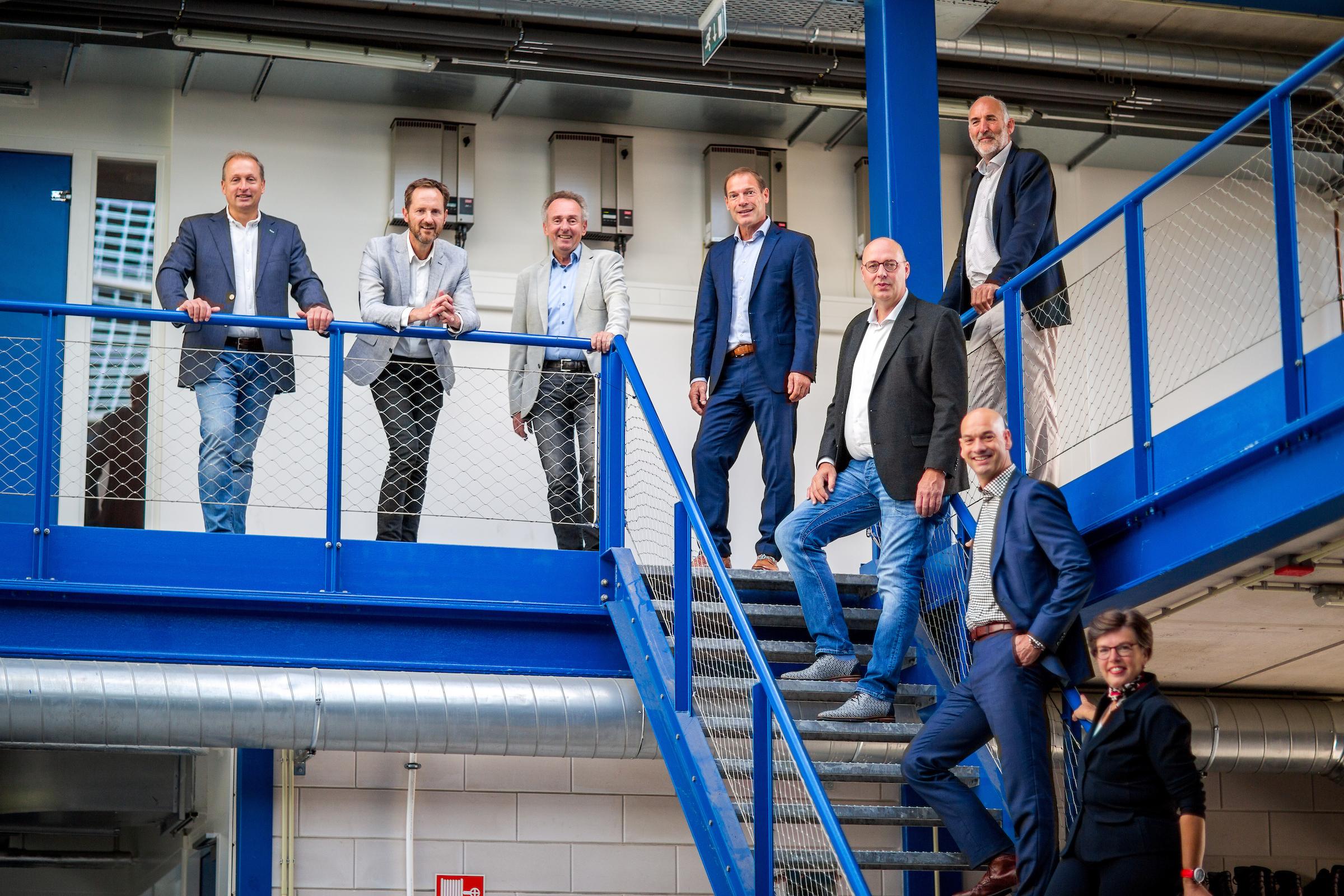De initiatiefnemers van S-TEC van links naar rechts, Maurice van der Meer (WoonWijzerWinkel), Stefan van Tongeren (Energie Samen Rivierenland), Frans van Woesik (ROC Rivor), Toine Schinkel (Lingecollege), Robbert Lubken (IW Midden), Han ter Reegen (Lingecollege), Stan Vloet (ROC Rivor), Margot Nijkamp (Stichting ESTI).